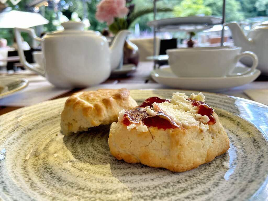 Scones, the Cornish way: Erst Marmelade, dann Clotted Cream